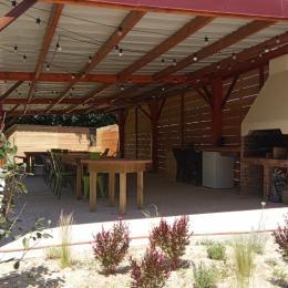 Grande terrasse abritée pour 30 personnes, avec cuisine d'été - Location de vacances - Saint Martin Lars en Sainte Hermine
