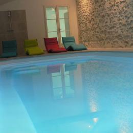 piscine intérieure depuis pièce de vie  - Location de vacances - Les Herbiers