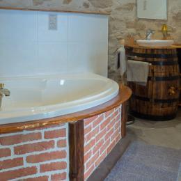 salle de bain chambre familiale, douche et baignoire - Location de vacances - Saint Georges de Pointindoux