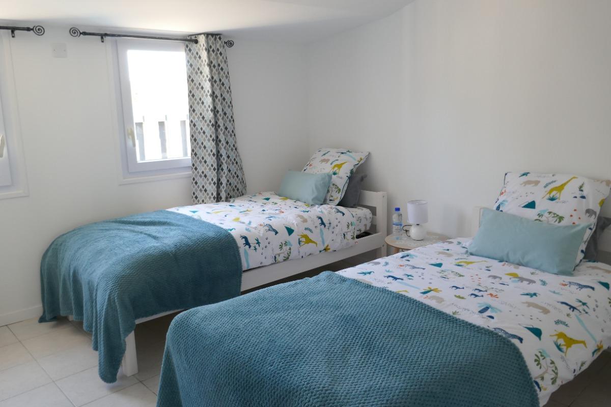 Chambre Agapanthe avec un lit en 160 porte communicante pour chambre avec deux lits de 90 - Chambre d'hôtes - Saint Michel en l'Herm