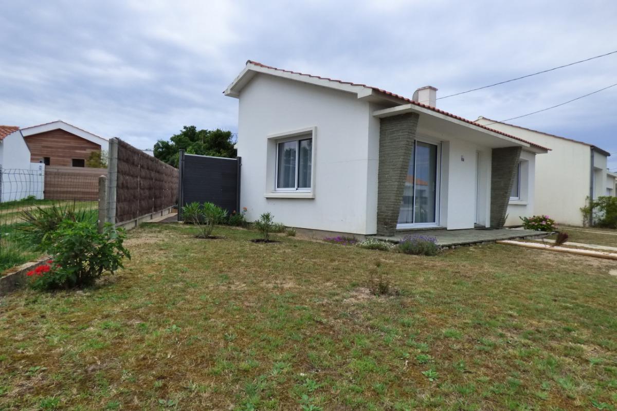 Terrasse avec salon de jardin, bains de soleil, parasol et barbecue - Location de vacances - Saint Hilaire de Riez