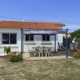 Cuisine équipée avec vue sur le jardin - Location de vacances - Saint Hilaire de Riez