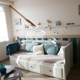 Coin salon avec canapé convertible en lit de 80cm - Location de vacances - Saint Gilles Croix de Vie