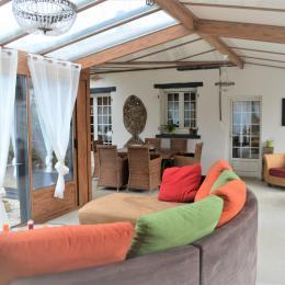 Vue sur table qui peut s'allonger jusqu'à 4.50 m - Location de vacances - Saint Georges de Pointindoux