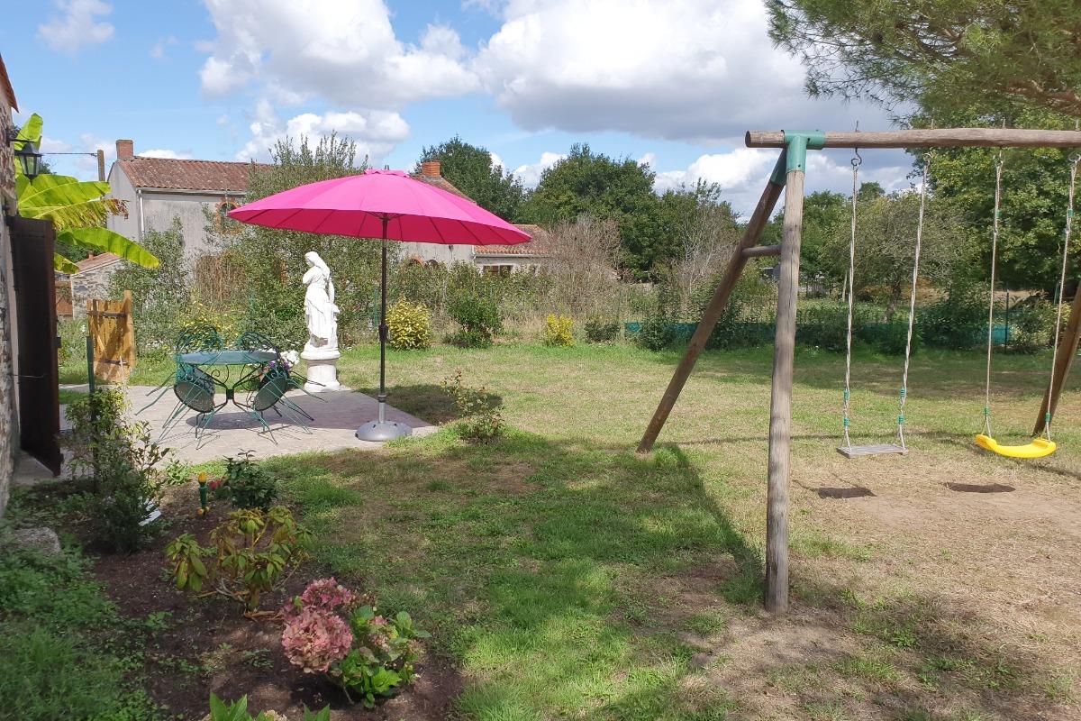 Vue depuis le jardin - maison mitoyenne - Location de vacances - Beaulieu sous la Roche