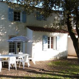 Terrasse avec salon de jardin - Location de vacances - Longeville sur Mer