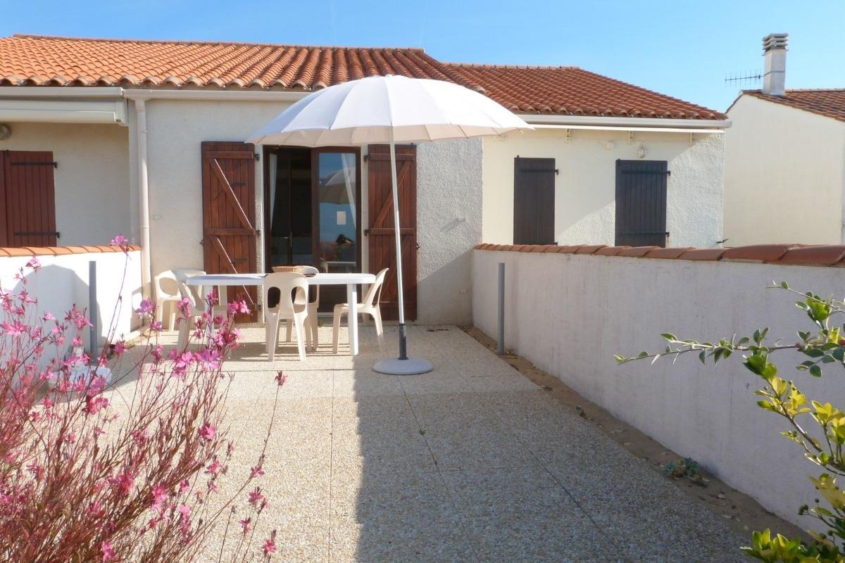 Terrasse et salon de jardin - Location de vacances - La Tranche sur Mer