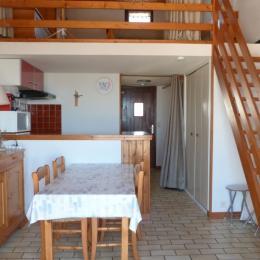 Espace de vie, coin cuisine et mezzanine - Location de vacances - La Tranche sur Mer