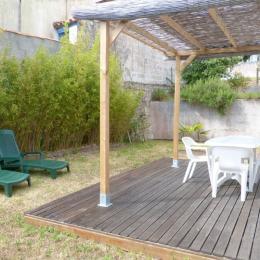Terrasse en bois avec salon de jardin et bains de soleil - Location de vacances - La Tranche sur Mer
