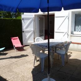 Cour avec salon de jardin et bains de soleil - Location de vacances - La Tranche sur Mer