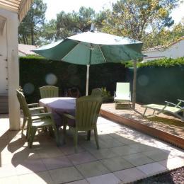 Terrasse avec salon de jardin et bains de soleil - Location de vacances - La Tranche sur Mer