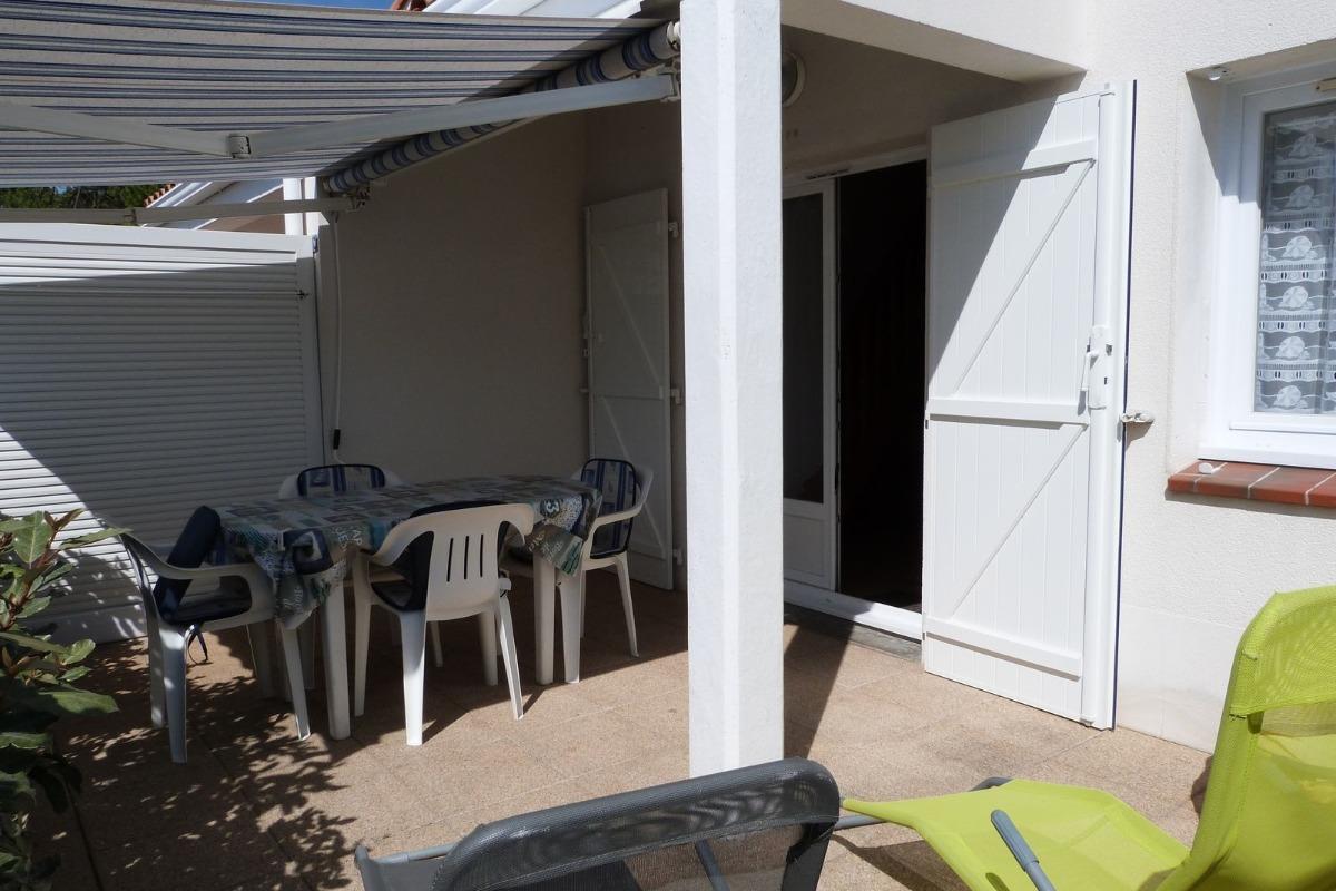 Terrasse avec salon de jardin, store-banne et bains de soleil - Location de vacances - La Tranche sur Mer