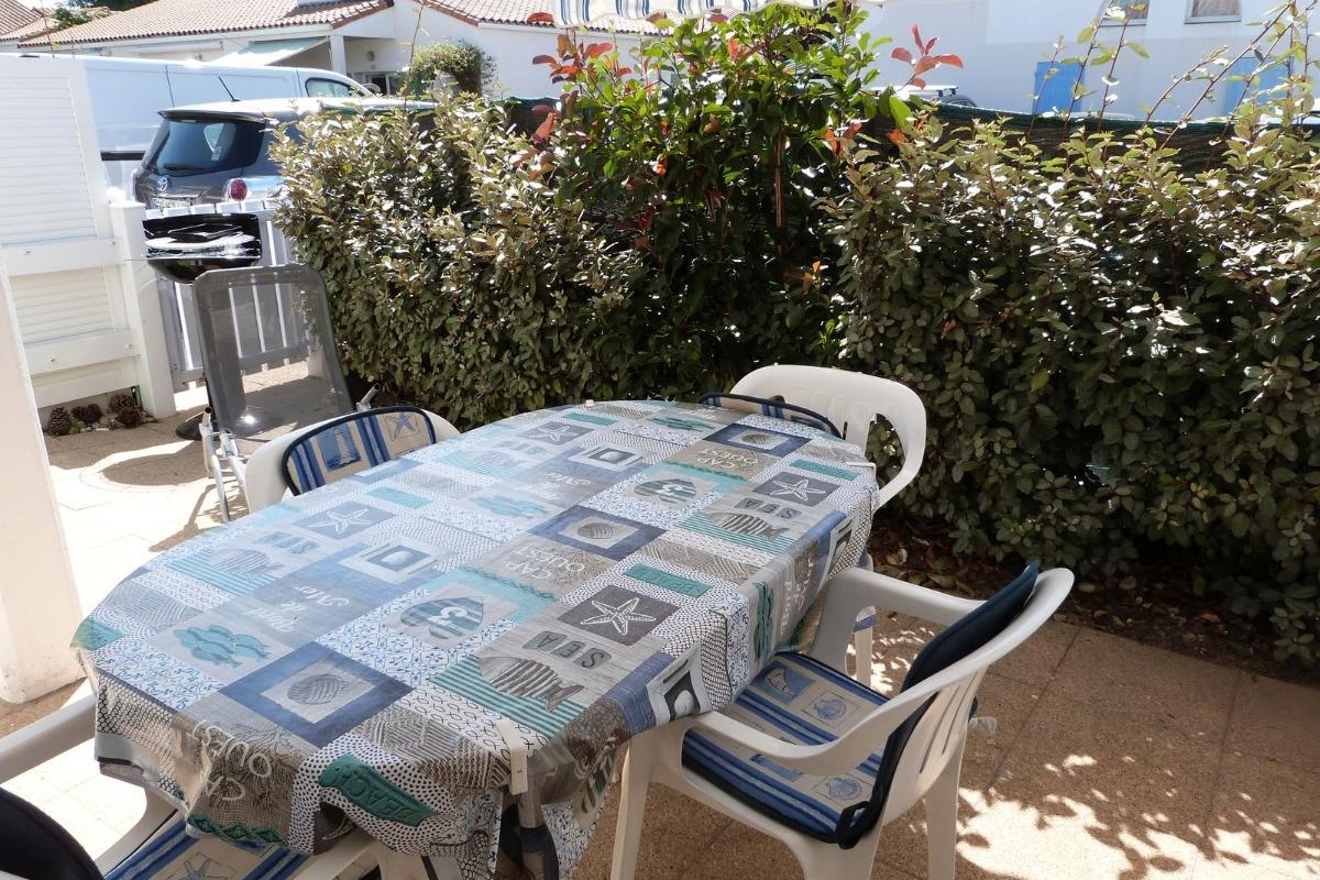 Terrasse avec salon de jardin - Location de vacances - La Tranche sur Mer