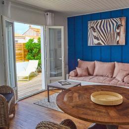 Le salon avec vue sur la terrasse - Location de vacances - Les Sables-d'Olonne