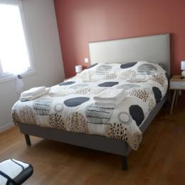 Chambre avec 1 lit en 160 + 1 lit en 90 au niveau 1 - Location de vacances - Saint Fulgent