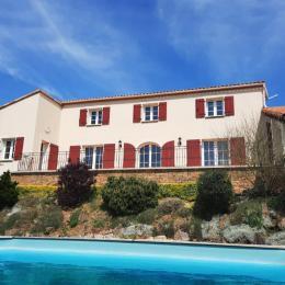 Façade avec piscine - Location de vacances - Sèvremont