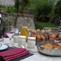 Petit déjeuner sur la terrasse - Chambre d'hôtes - Poitiers