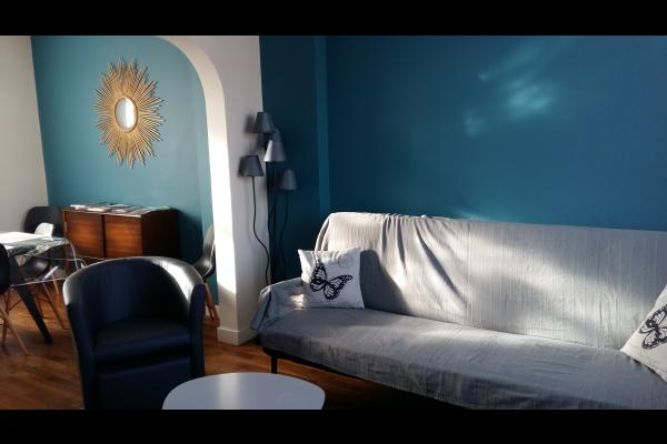 Miroir soleil dans la salle à manger avec un meuble vernis de 1950 - Location de vacances - Poitiers