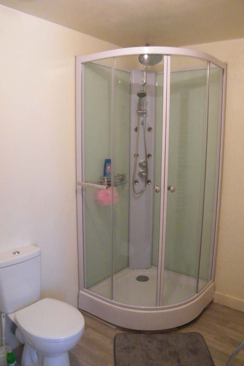 Salle de douche avec wc & lavabo totalement privée - Chambre d'hôtes - Rochechouart
