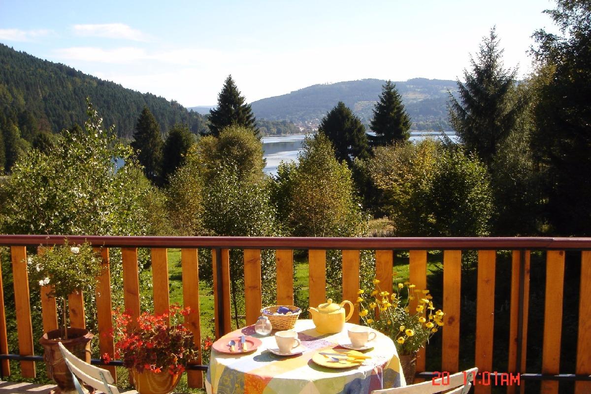 Petit déjeuner en terrasse - Chalet de Blandine Gérardmer - Chambre d'hôtes - Gérardmer