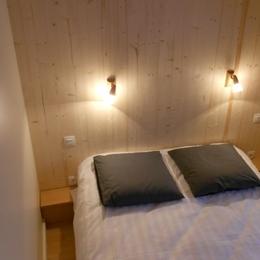 Chambre 1 avec lit double et penderie - Location de vacances - La Bresse