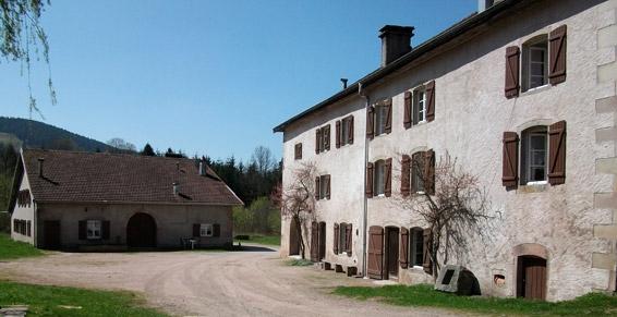 Côté cour - Apt. Violettes - Domaine Moulin des Courbières entre la Bresse et Gérardmer - Location de vacances - Gerbamont