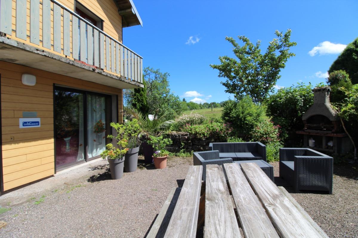 Terrasse avec table et salon de jardin - Location de vacances - Girmont-Val-d'Ajol
