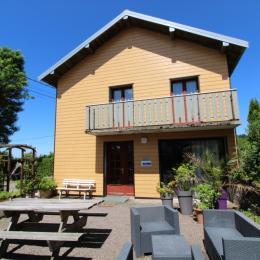 La façade vue du jardin - Location de vacances -