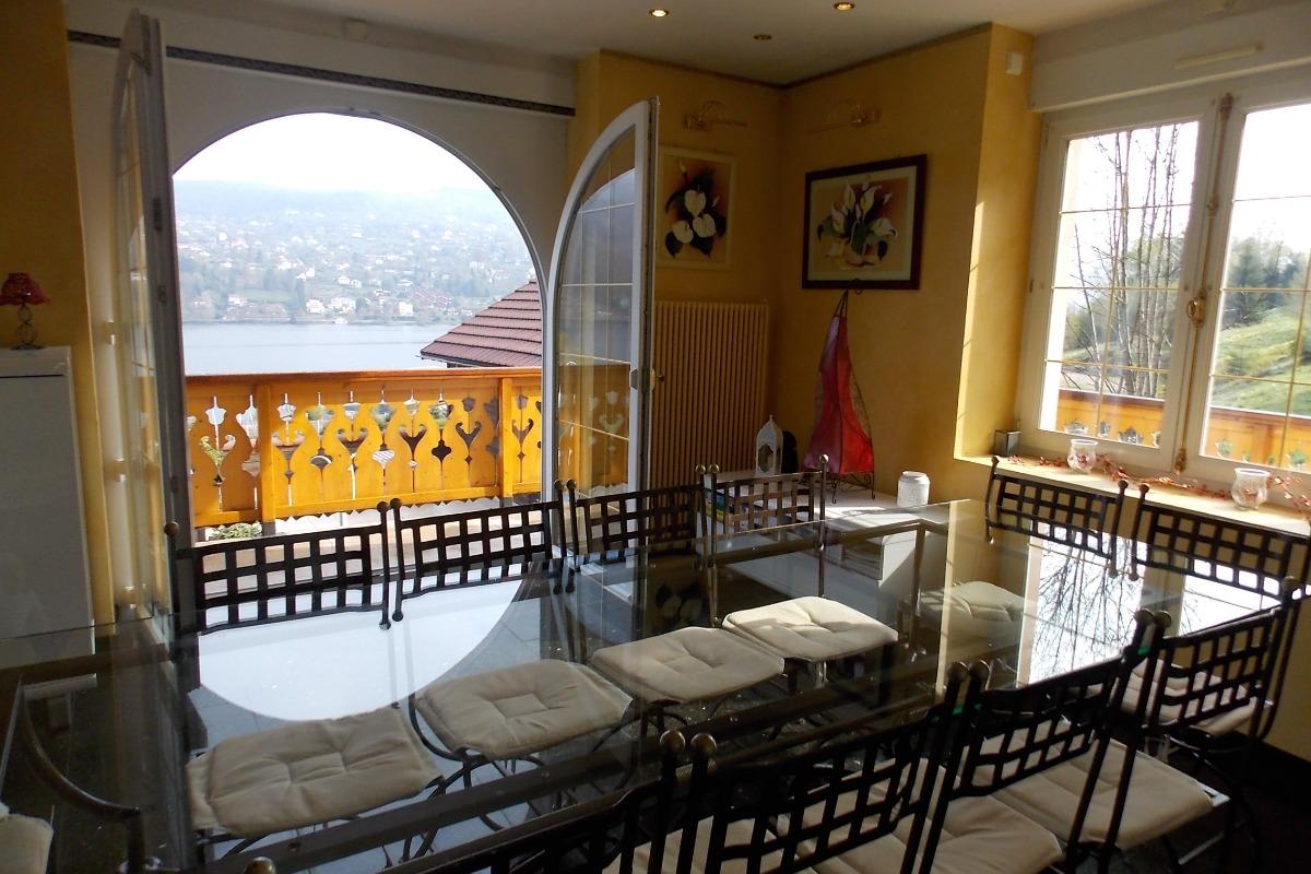 Petit déjeuner face au lac période de Pâques et en plein milieu des jonquilles, et vue sur large balcon et ensoleillée le matin sur toute la largeur de la villa côté est - Location de vacances - Gérardmer