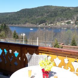 Le living est équipé wifi et ordi et a avec le salon 2 accès au balcon avec une vue imprenable sur le lac de Gérardmer - Location de vacances - Gérardmer