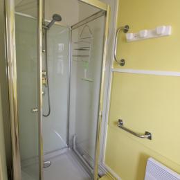Salle d'eau avec douche - Location de vacances - Bains-les-Bains