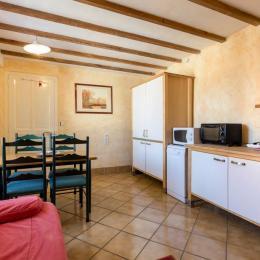Salon et espace repas pour votre confort - Location de vacances - La Bresse