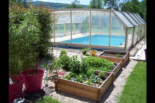 La piscine et le jardin aromatique - Gites de Ban Appartement Salamandre - Location de vacances - Ban-de-Laveline