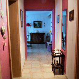 Couloir vers les chambres - Location de vacances - Gerbépal