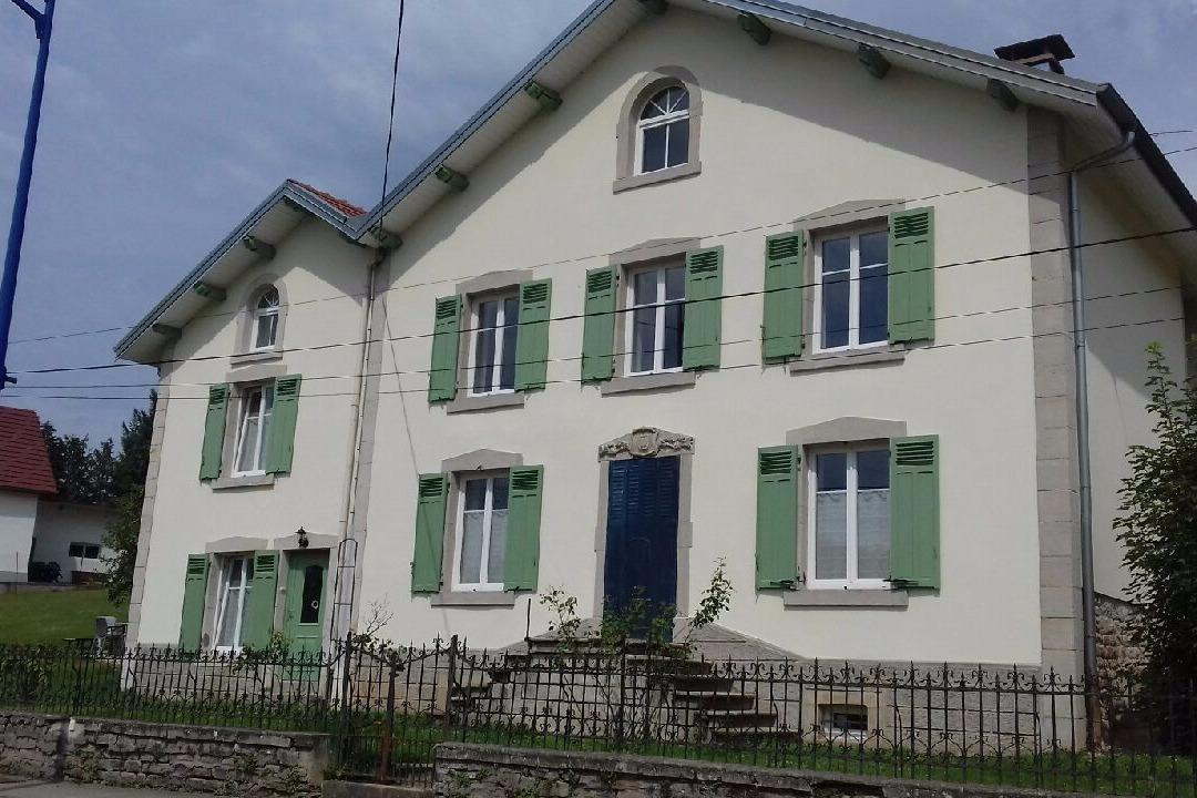 La façade de la Charmante - Location de vacances - Bains-les-Bains
