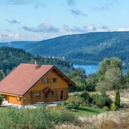 Vue du chalet en amont de la rayée, avec le lac en perspective - Location de vacances - Gérardmer