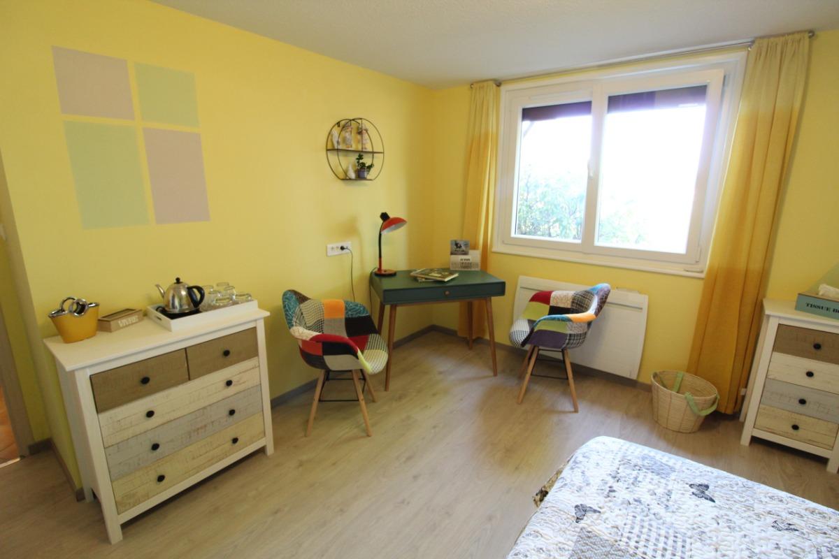 Espace bureau, commode - Chambre d'hôtes - Bruyères