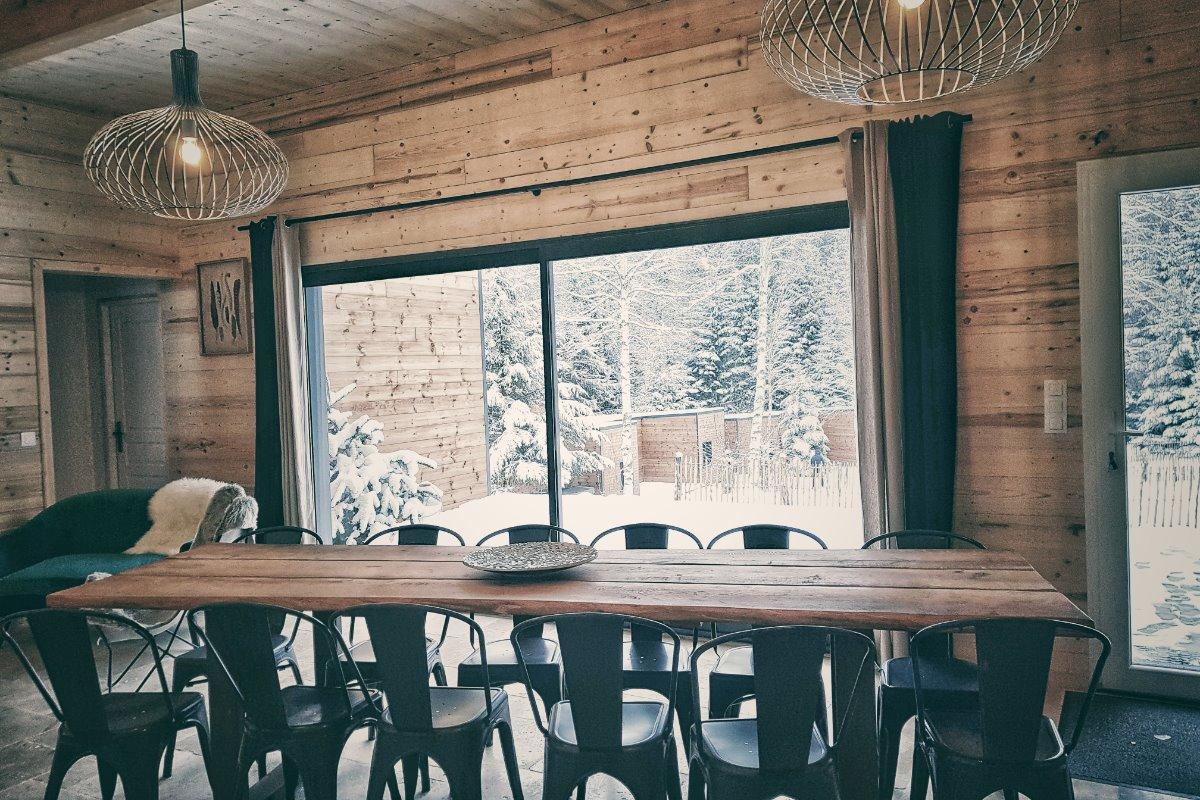 table pouvant accueillir jusque 14 convives - Location de vacances - Barbey-Seroux