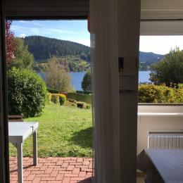 Vue sur la terrasse et le lac de la pièce de vie - Location de vacances - Gérardmer