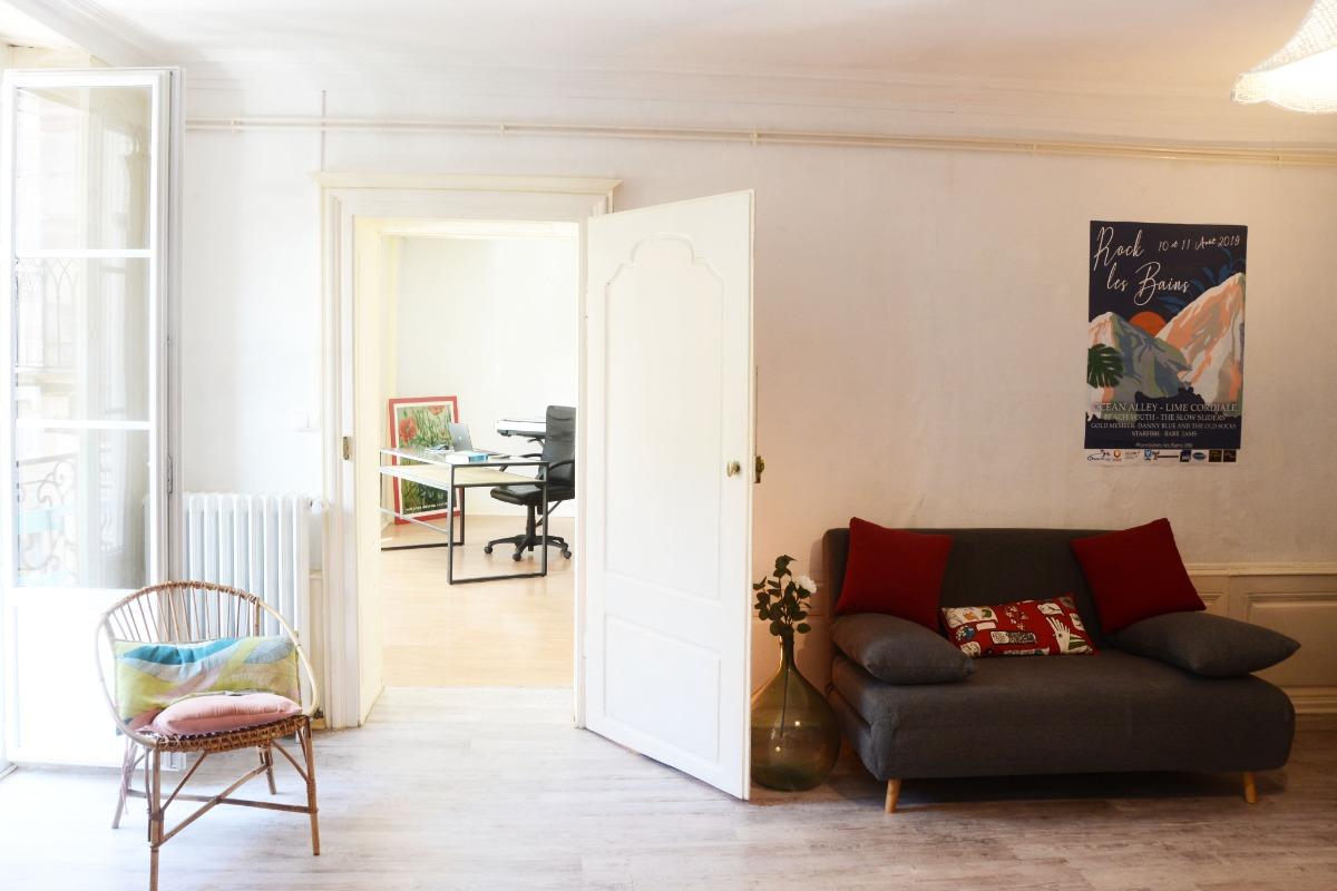Salon, vue chambre et son bureau - Appartement Stanislas - Location de vacances - Plombières-les-Bains