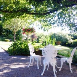 Terrasse à l'ombre du chêne - Chambre d'hôtes le Prieuré - Chambre d'hôtes - Aydoilles