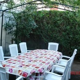 Salon de jardin sous la pergola - Location de vacances - Les Cabannes