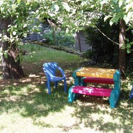 Espace pour les plus petits, sous le prunier - Location de vacances - Niaux