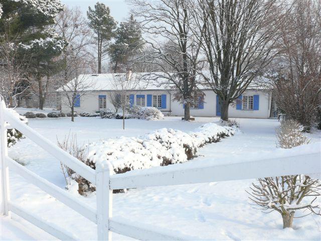 la maison blanche l'hiver - Chambre d'hôtes - Lorp-Sentaraille