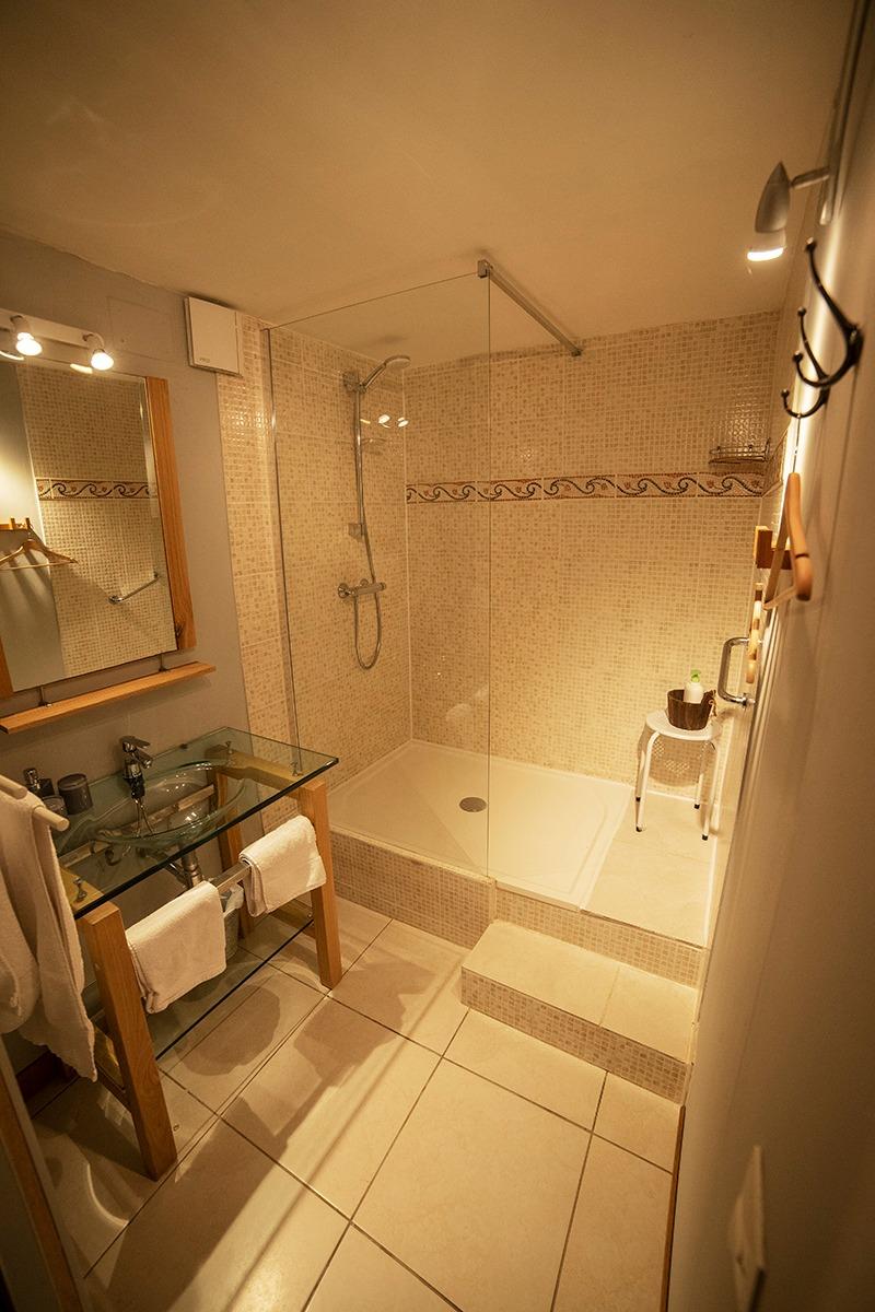 salle de douche italienne avec peignoir et séche cheveux - Chambre d'hôtes - Surba