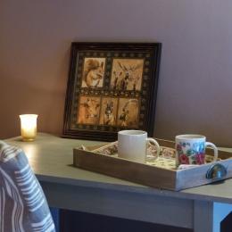 chambre parent de la suite parentale plateau de bienvenue avec infusion et eau de source - Chambre d'hôtes - Surba