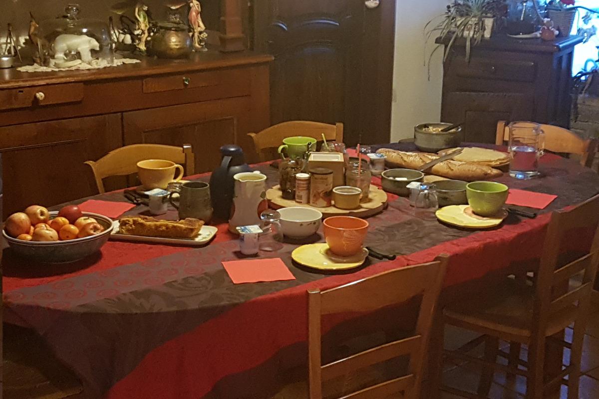 petits déjeuners (crepes,cake maison,fruits,pain de campagne,yaourt,confitures maison,jus orange,boisson chaude à volonrté) - Chambre d'hôtes - Ignaux