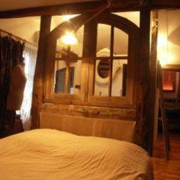 Vue salle de bain a travers la tête de lit en forme de fenêtre - Chambre d'hôtes - Lasserre