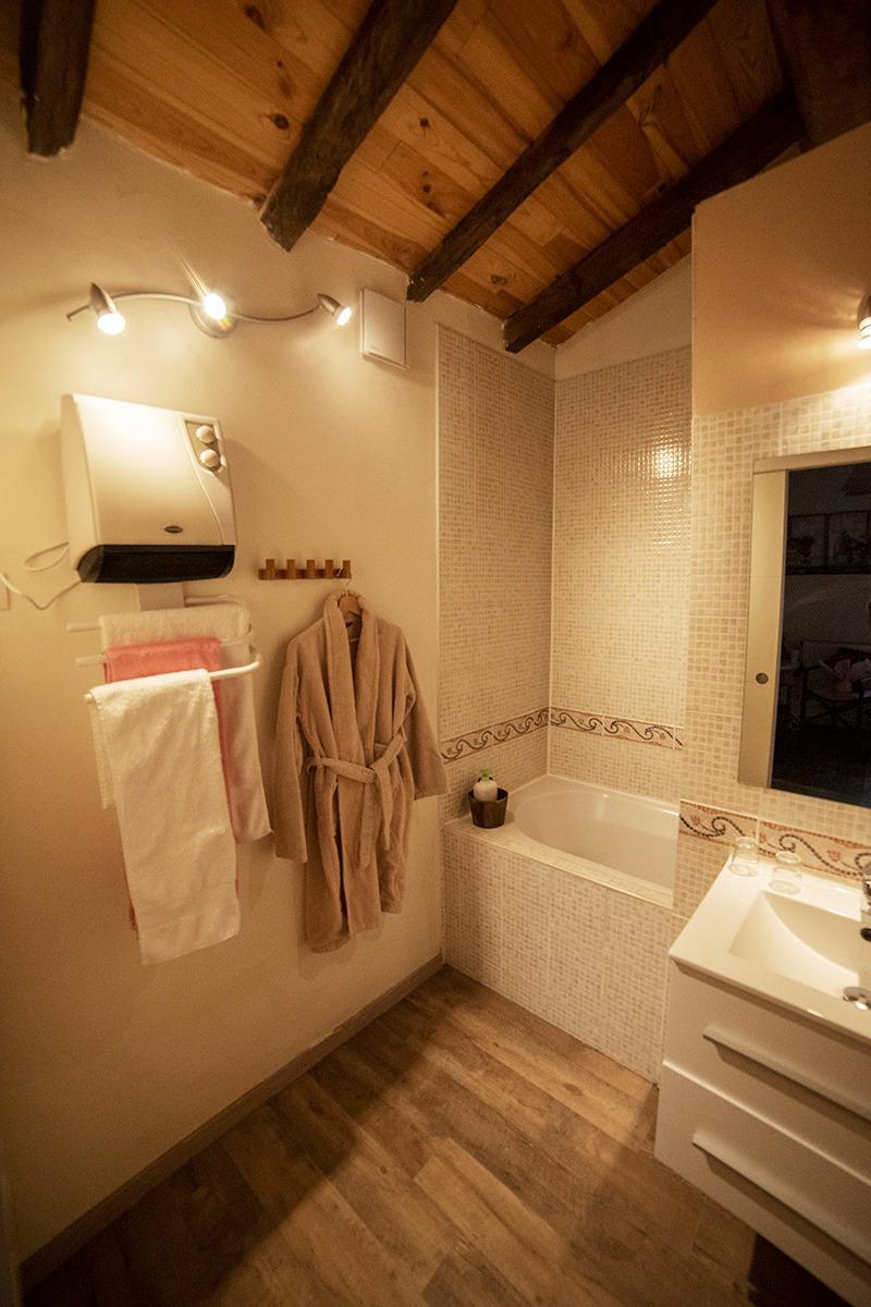salle de bain avec peignoir et sèche cheveux - Chambre d'hôtes - Surba