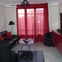 Le salon avec vue sur la cuisine... - Location de vacances - Ferrières-sur-Ariège